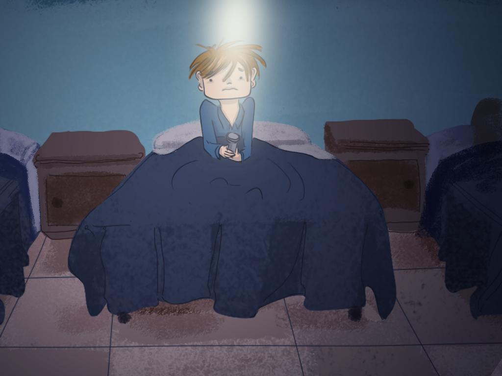 Papelucho está sentado en su cama, apuntando con una linterna encendida hacia el techo.