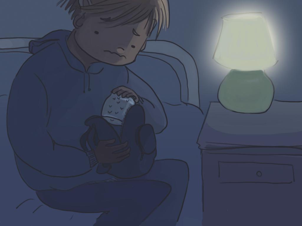 Papelucho está en su pieza. Guarda en su mochila su frasco con luciérnagas.